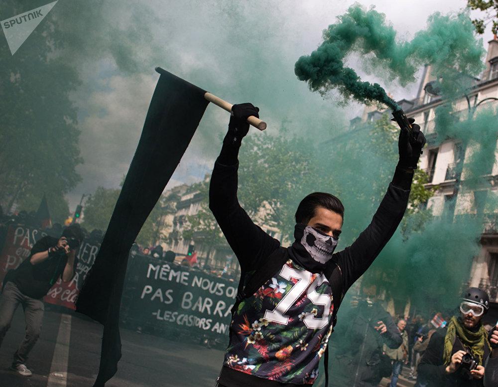 Participantes de los disturbios durante una manifestación del Primero de mayo en París.