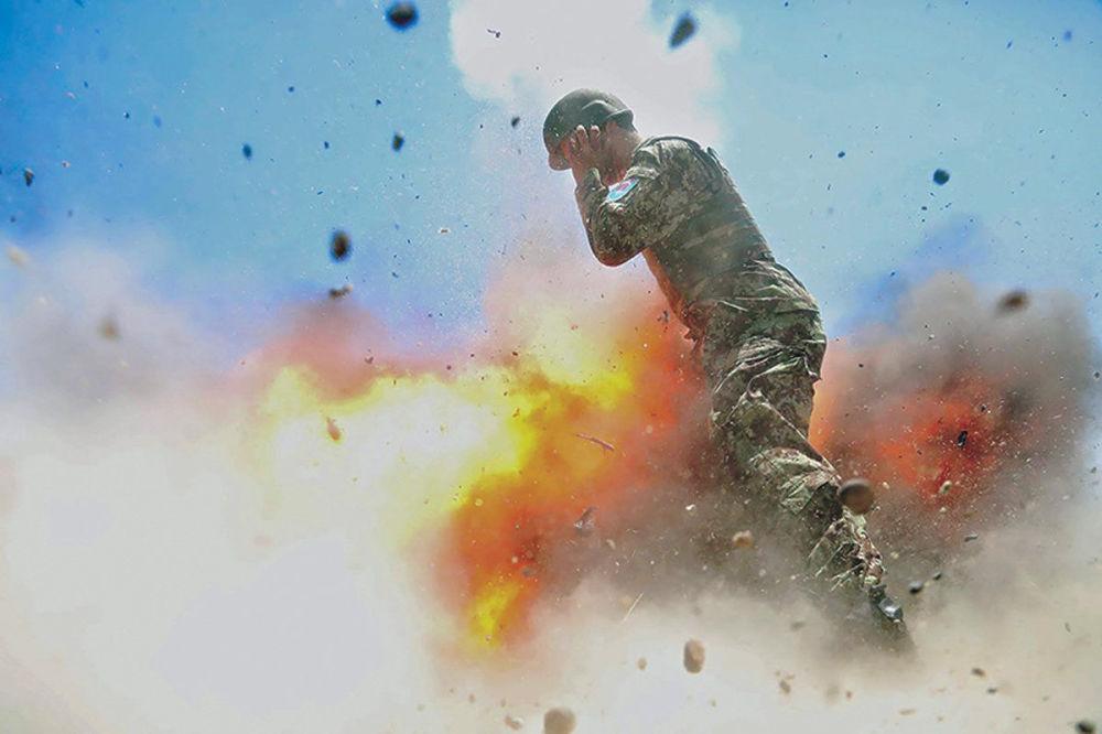 La revista del Ejército estadounidense Military Review publica las fotos de una explosión tomadas por la fotógrafa de guerra Hilda Clayton, un instante antes de su muerte.