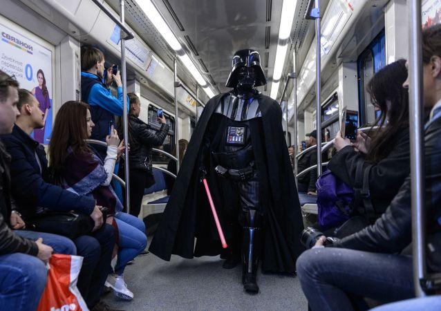 Un fan disfrazado del villano Darth Vader en el tren de Moscú (archivo)