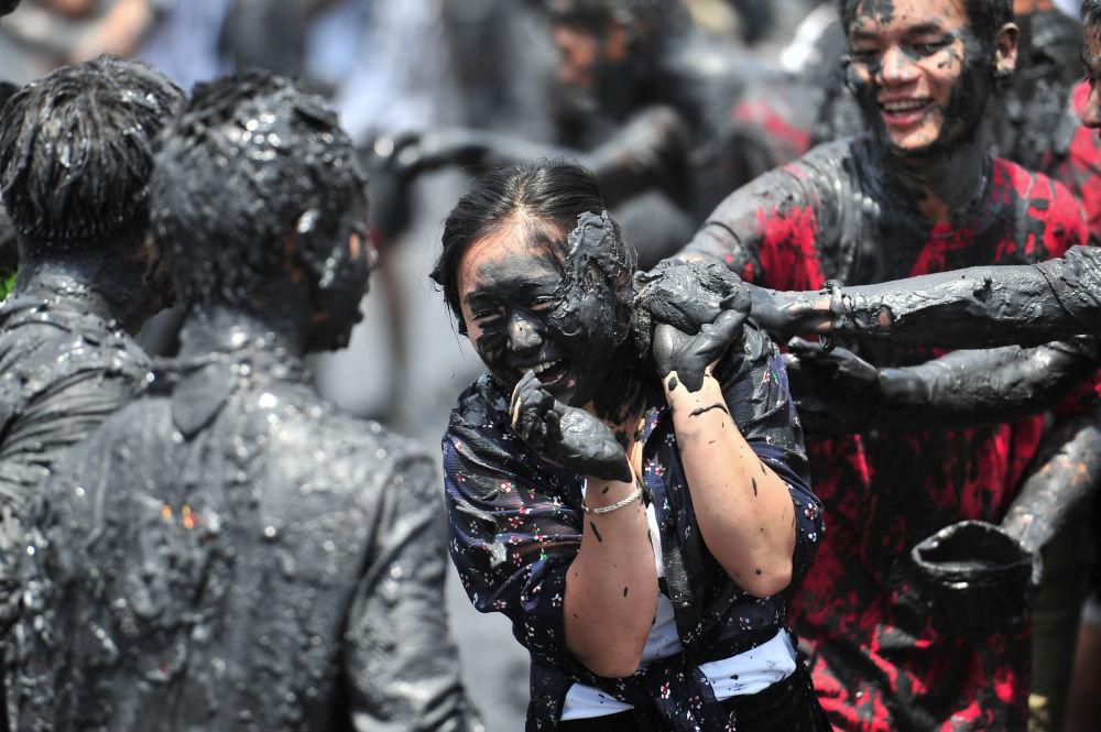 Durante el carnaval de la primavera en la provincia de Henan, las personas se suelen untar unas a otras con la ceniza de plantas quemadas mezclada con agua. En China creen que este ritual trae buena suerte.
