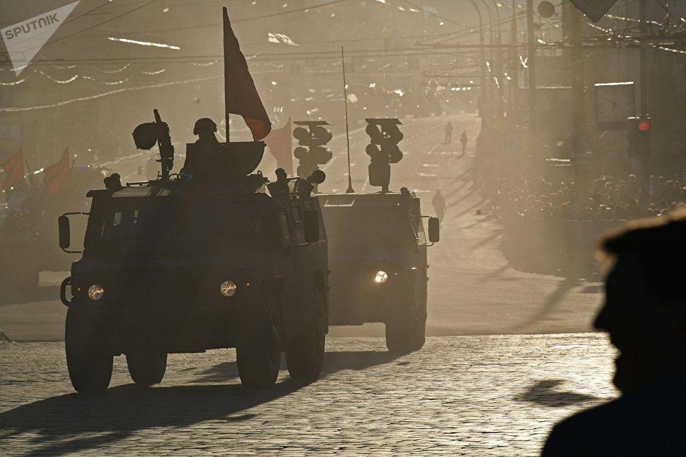 Vehículos blindados Tigr-M y Tigr con los complejos de misiles antitanque Kornet durante el pase de vehículos militares antes del ensayo del desfile militar en Moscú.