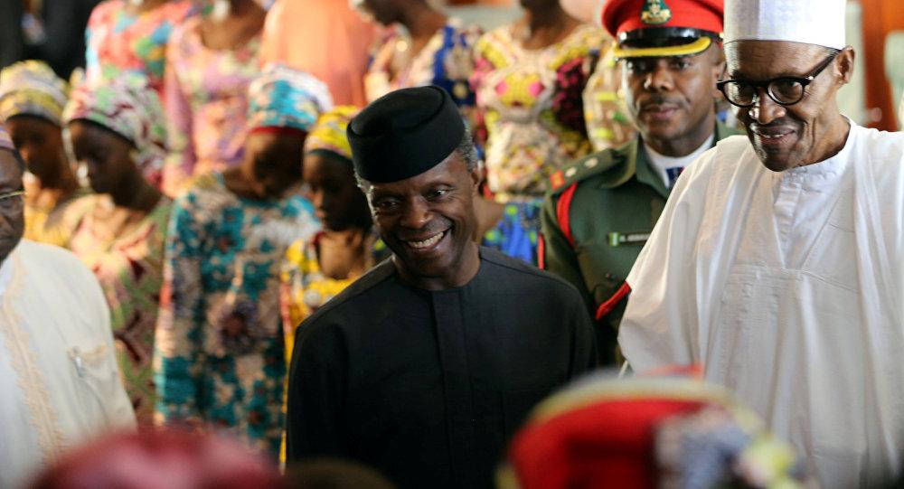 Muhammadu Buhari, presidente de Nigeria, y niñas, liberadas de Boko Haram (archivo)