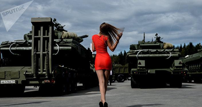 Una visitante del foro militar internacional Armya 2016