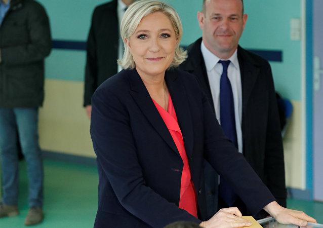 Marine Le Pen vota en la segunda vuelta electoral de Francia