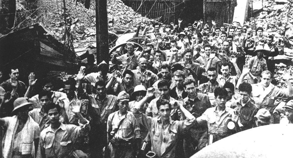 Soldados estadounidenses y filipinos se rinden a las tropas invasoras japonesas, en mayo de 1942, en la isla de Corregidor, Filipinas