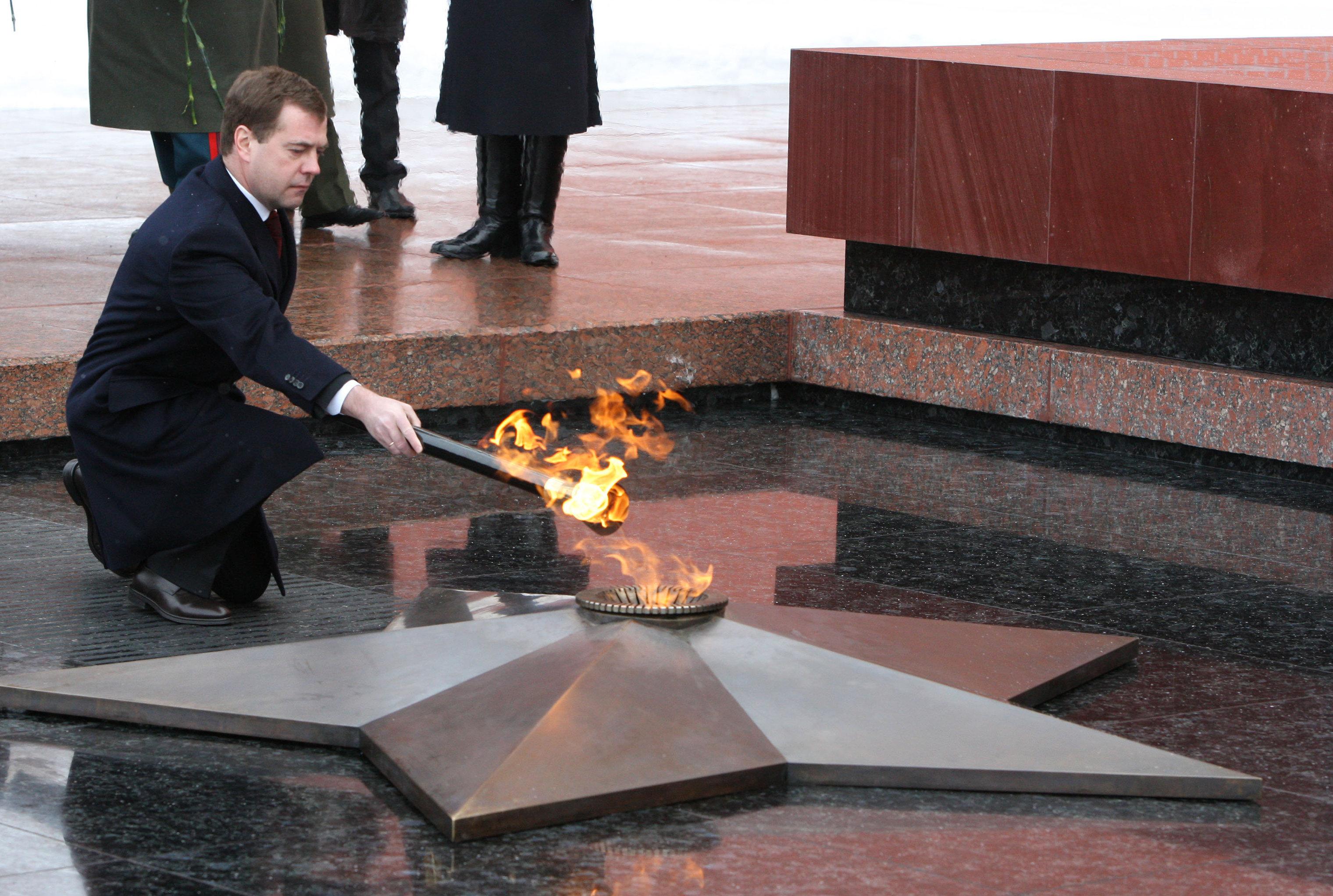 Dmitri Medvédev devuelve el fuego a la Llama eterna