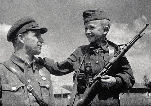 Un soldado soviético con su hijo
