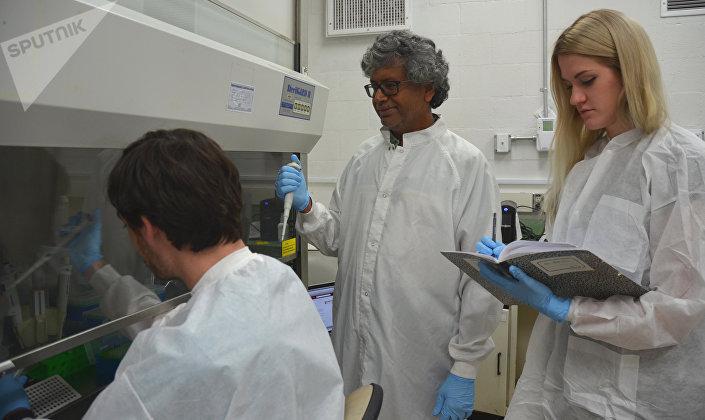Kasthuri Venkateswaran, científico investigador principal en el JPL trabajando con el resto de su equipo