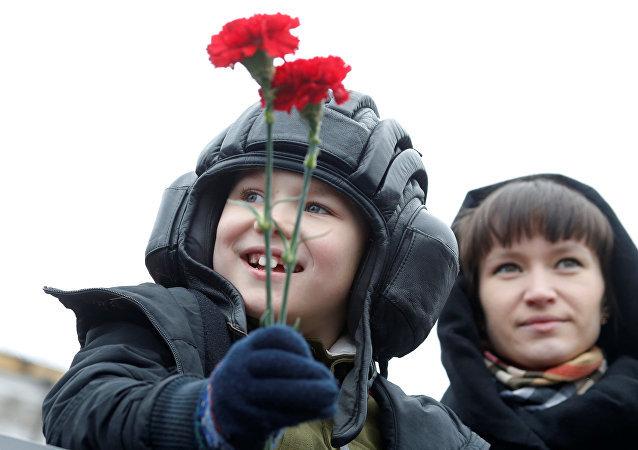 Un niño durante el desfile del Día de la Victoria
