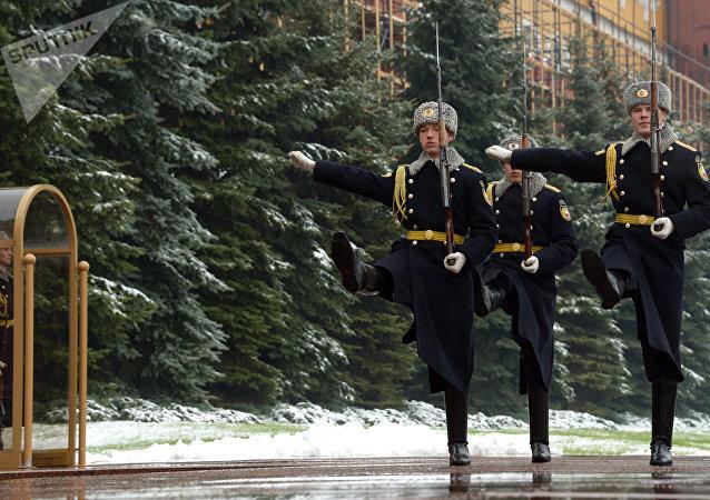 Los militares del regimiento Preobrazhenski durante el cambio de guardia