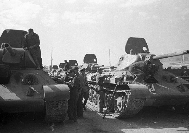 Los soldados soviéticos inspeccionan los nuevos tanques T-34 durante la Batalla de Stalingrado en agosto de 1942