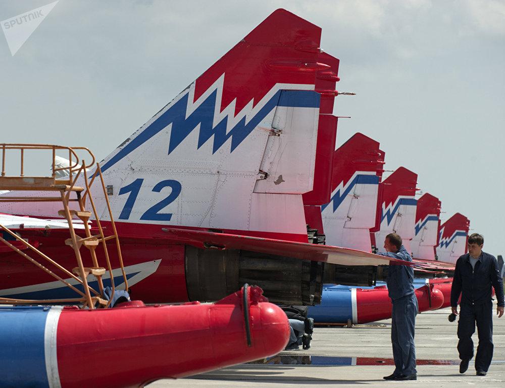 Mecánicos preparan los MiG-29 de los Strizhí para una presentación acrobática en Crimea