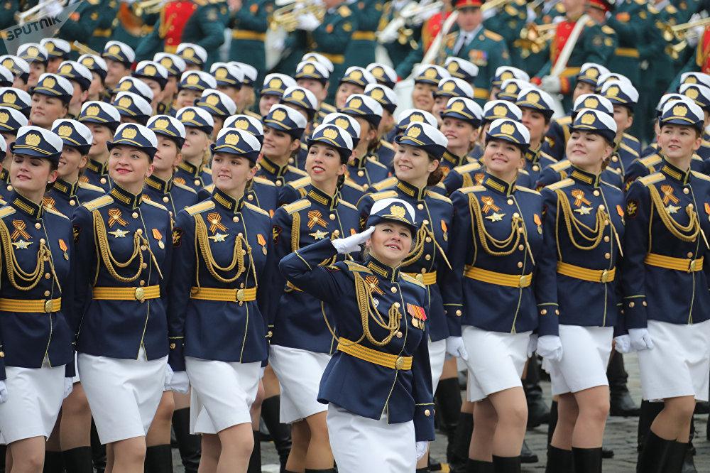 El personal militar del sexo femenino marcha en la Plaza Roja