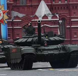 Los modernizados tanques T-72B3 desfilan por la Plaza Roja