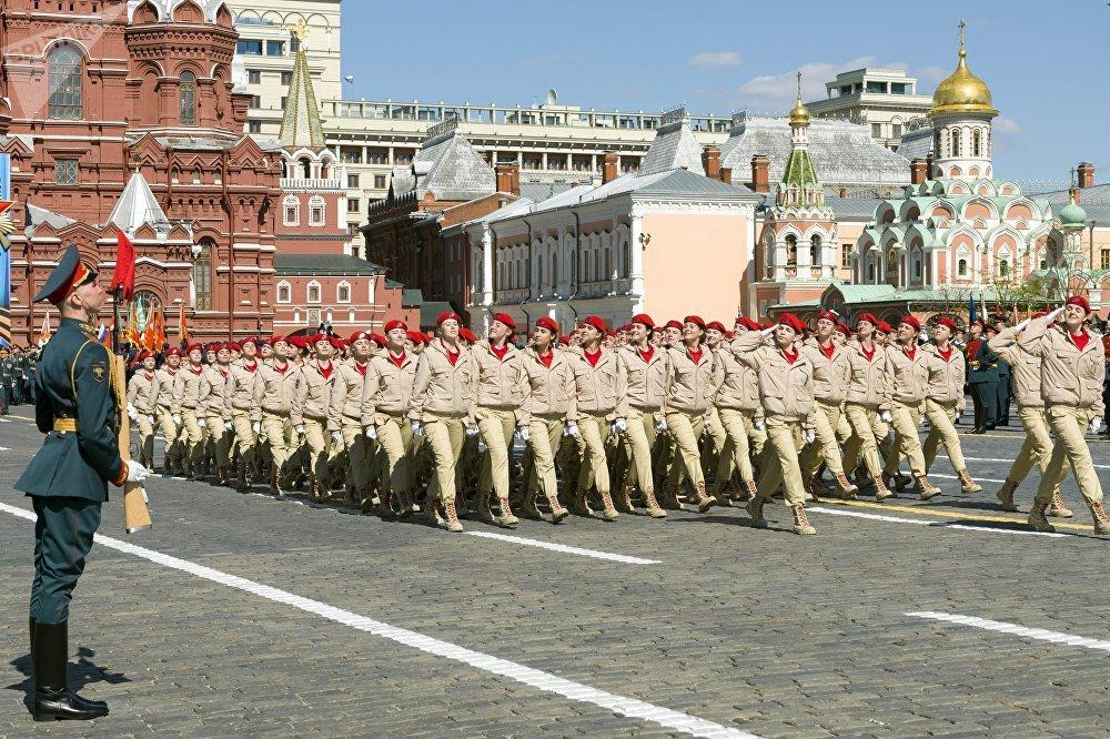 Los jóvenes del movimiento patriótico juvenil 'Yunarmia' durante un ensayo para el desfile del 9 de mayo