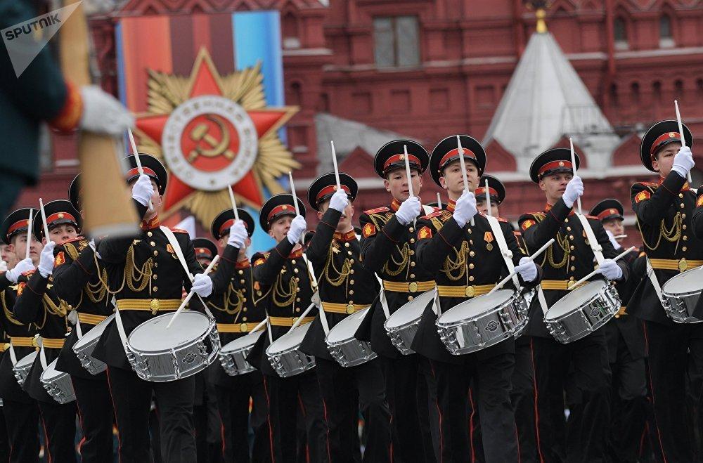 Los percusionistas de la Escuela Musical-Militar de Moscú, nombrada en homenaje al teniente general Jalilov, desfilan en la Plaza Roja de Moscú