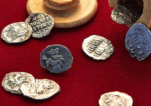 Monedas del siglo XVI halladas en Moscú
