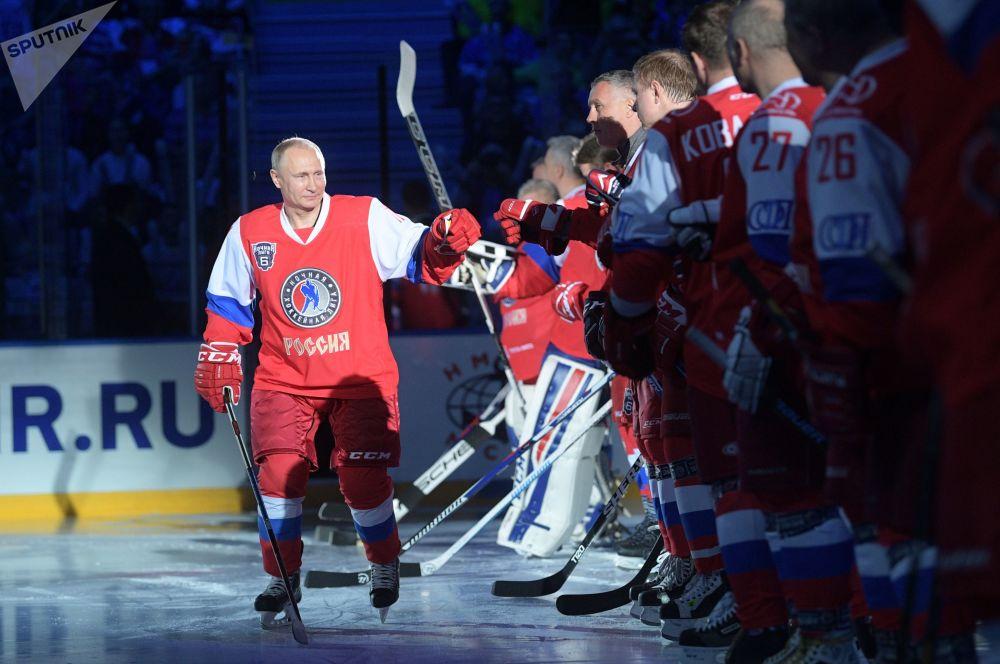 El presidente ruso Vladímir Putin antes de un partido de gala del Festival de la liga de hockey nocturna, en el palacio glacial Bolshói en Sochi