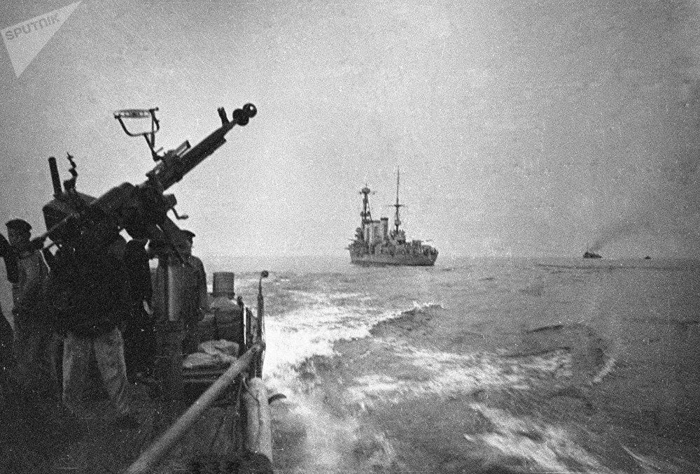 Los tiradores de ametralladora de un buque militar intentan repeler un ataque del enemigo en Odesa (1941)