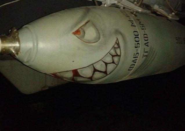 Una bomba FAB-500 con el rostro de un tiburón sonriente