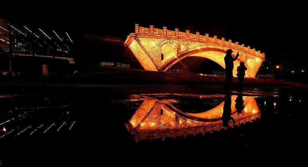 Instalación Puente de Oro en la Ruta de la Seda en Pekín