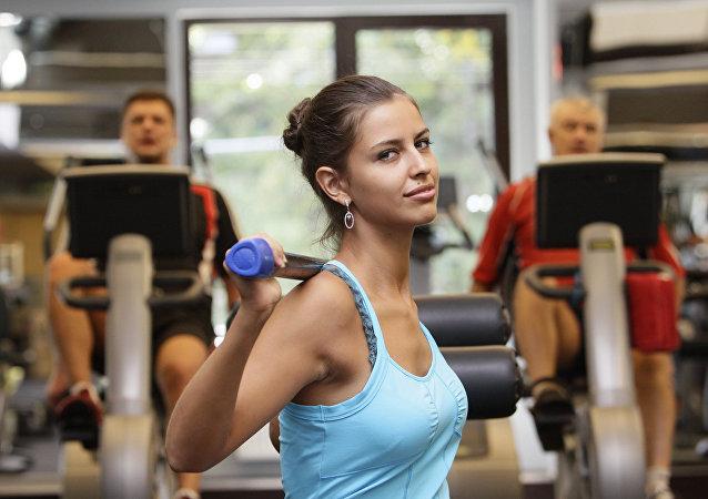 Una chica en un gimnasio