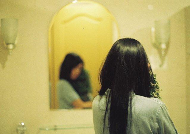 Mujer con el espejo (archivo)