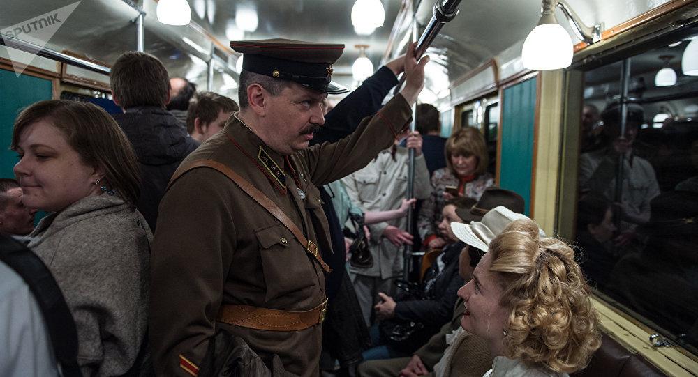 La recreación histórica de la jornada de apertura del metro de Moscú