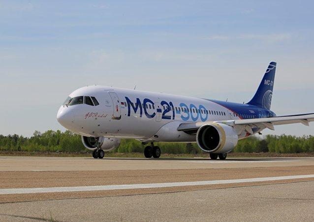 El avión de pasajeros ruso MC-21