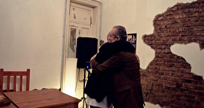 Daniel Devita se abraza con el embajador palestino en Argentina, Husni M.A. Abdel Wahed