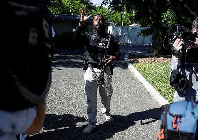 Un agente de Servicio secreto de EEUU frente la Casa Blanca