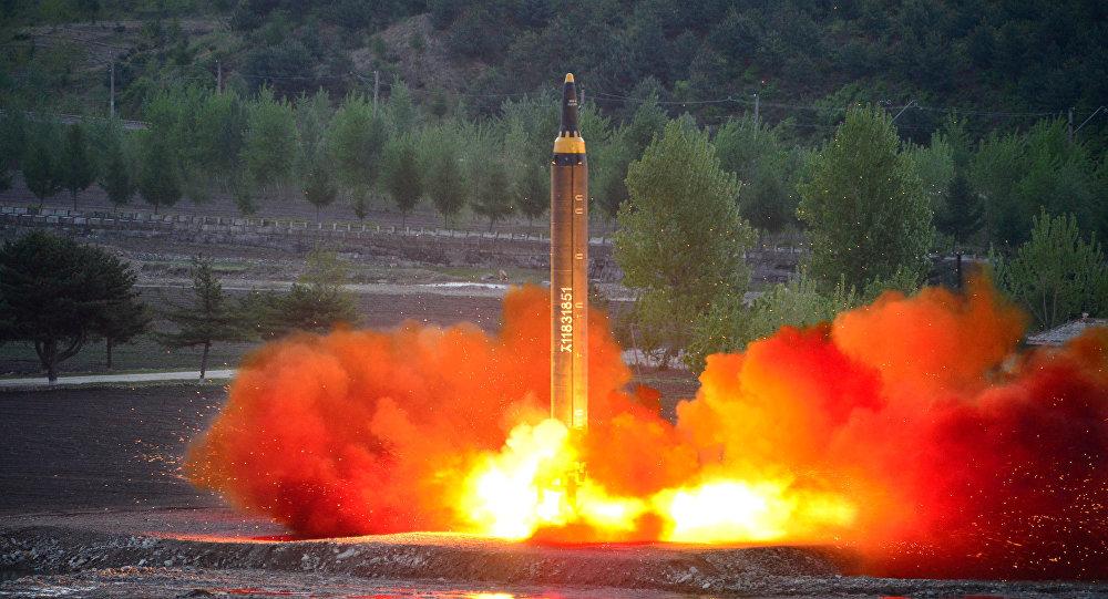 El cohete balístico estratégico de largo alcance Hwasong-12 siendo lanzado durante una prueba