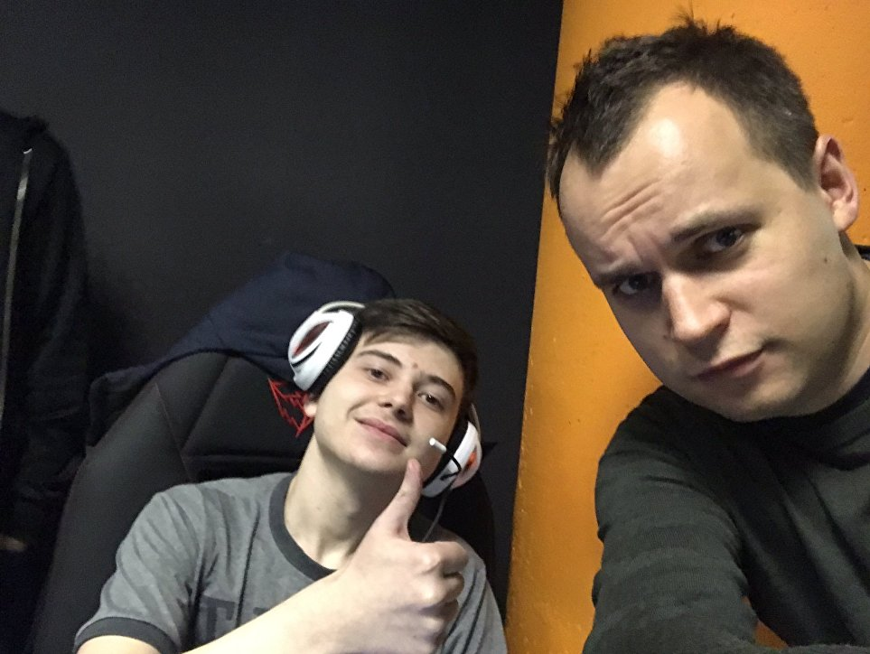 Román Dvoriankin (a la derecha) con Román Koshnarov (a la izquierda), de Rusia, ciber atleta de Dota 2 desde los 16 años, conocido en el ciberespacio bajo el alias Ramzes666.