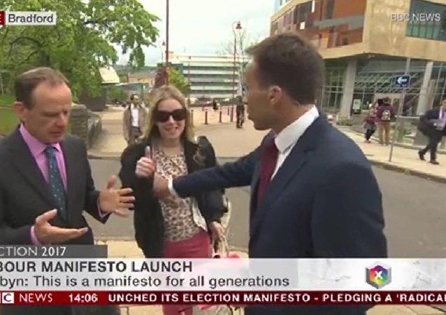 Presentador de BBC le toca el pecho a una mujer en vivo