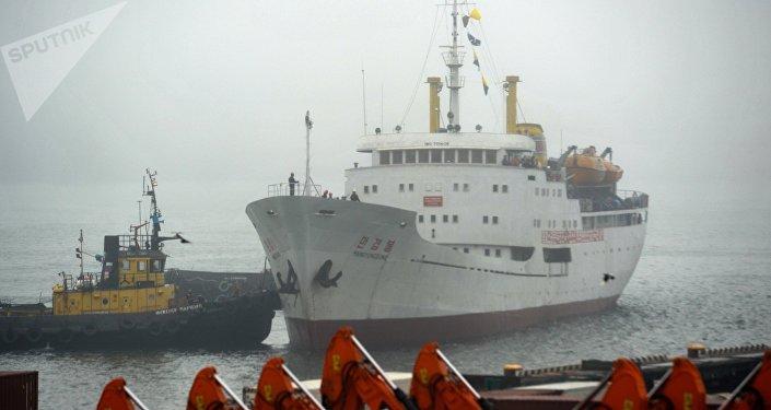 El primer ferri de Corea del Norte arribando al puerto de Vladivostok