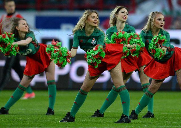 Animadoras del club de fútbol Lokomotiv actúan durante un descanso en el partido de la 28 ronda del Campeonato de Rusia