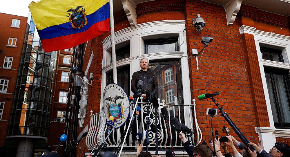 Julian Assange en el balcón de la Embajada de Ecuador en Londres (archivo)