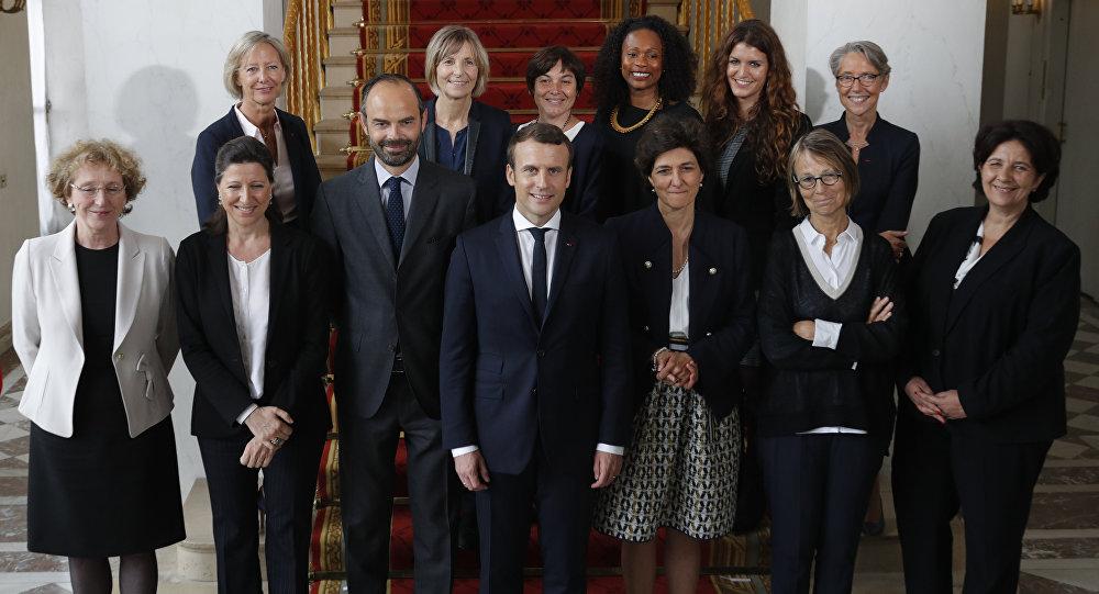 Emmanuel Macron, presidente de Francia, Edouard Philippe, primer ministro francés, con las mujeres del Gobierno galo