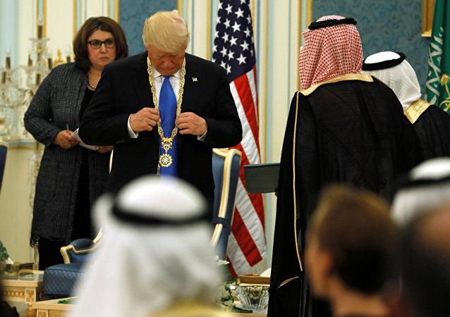 Donald Trump, presidente de EEUU, con la Orden del Rey Abdelaziz