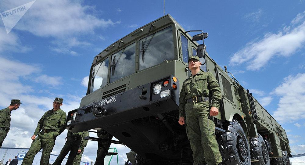 Sistema de misiles Iskander y militares rusos (archivo)