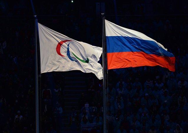 Bandera con el logo de Comité Paralímpico Internacional y bandera de Rusia