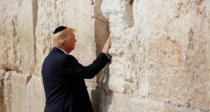 Donald Trump, presidente de EEUU, toca el el Muro de las Lamentaciones (archivo)