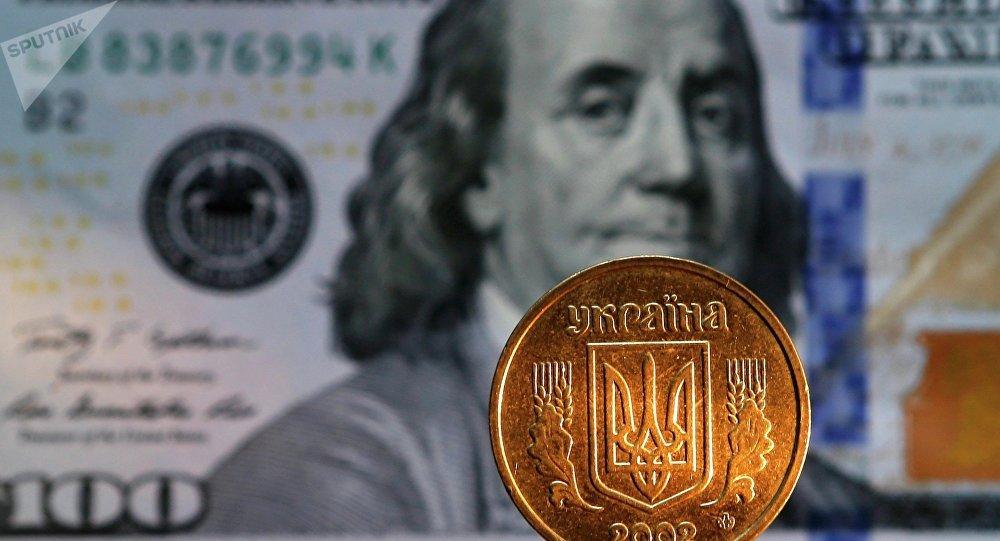 Grivna ucraniana y billete de 100 dólares de EEUU