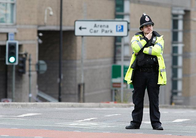 Policía británico cerca del cordón que rodea Manchester Arena (archivo)