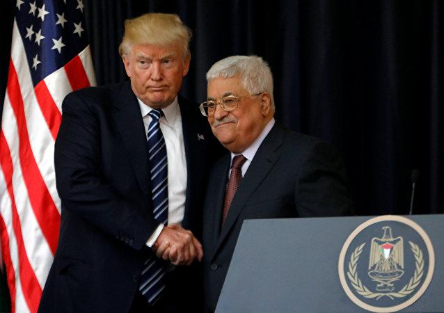 El presidente de EEUU, Donald Trump, con su homólogo palestino, Mahmud Abás (archivo)