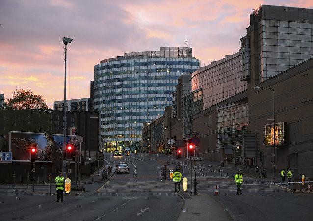 Policías resguardando el lugar de los hechos, después de la explosión suicida en Mánchester, Reino Unido.