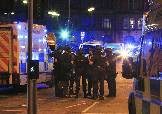 Policía en las afueras del Manchester Arena