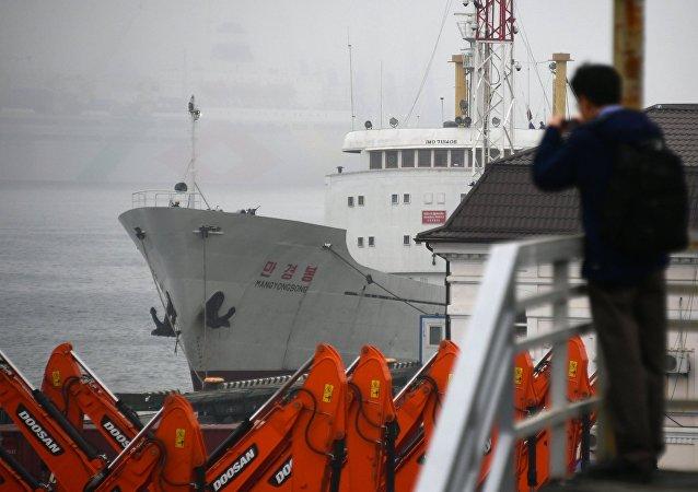 Ferri norcoreano Man Gyong Bong en el puerto ruso de Vladivostok (archivo)