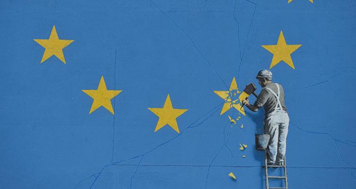 Graffiti de Banksy con la bandera rota de la UE
