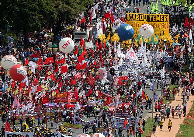 Decenas de miles de manifestantes piden en Brasilia elecciones anticipadas